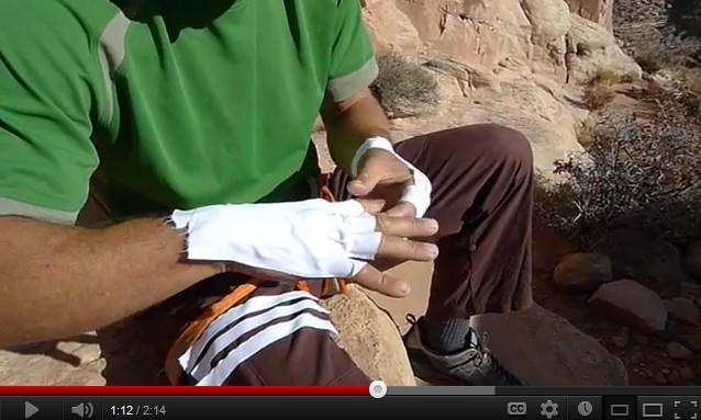 se faire des gants en ruban adhésif pour l'escalade (eng)