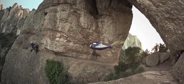 Incroyable vol de Wingsuit au travers d'une grotte !