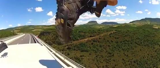 Base Jump d'un véhicule roulant en vidéo