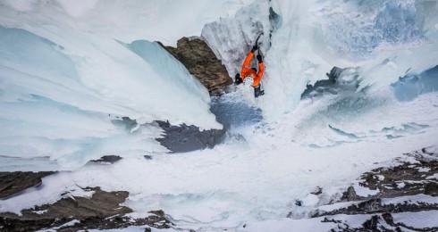 Ascension solo chrono en cascade de glace ( vidéo ) par Dani Arnold