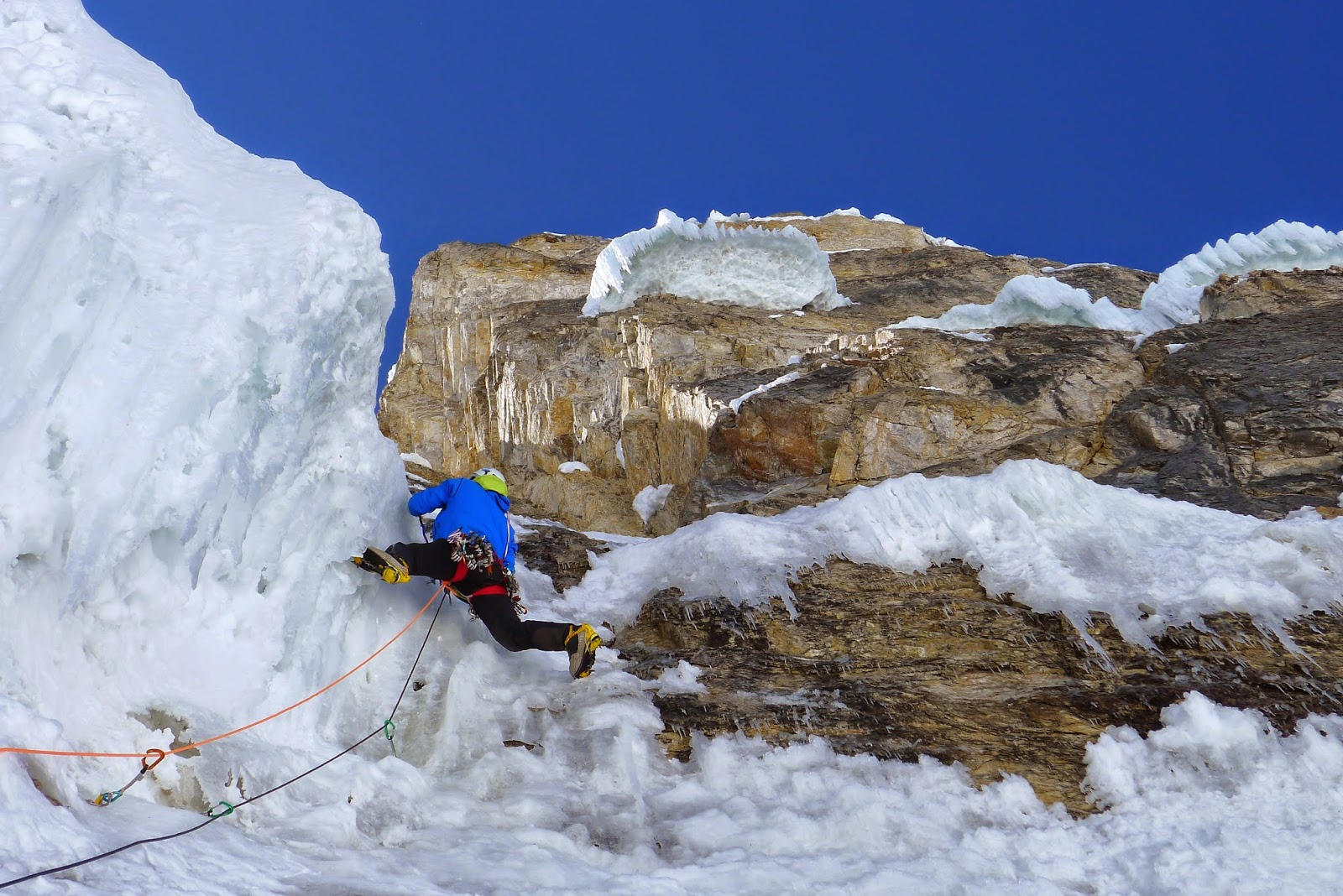""" Looking for the void "" , 900m, M7, grade 6, R, face ouest directe au SIULA CHICO (6265m, Pérou) en vidéo"
